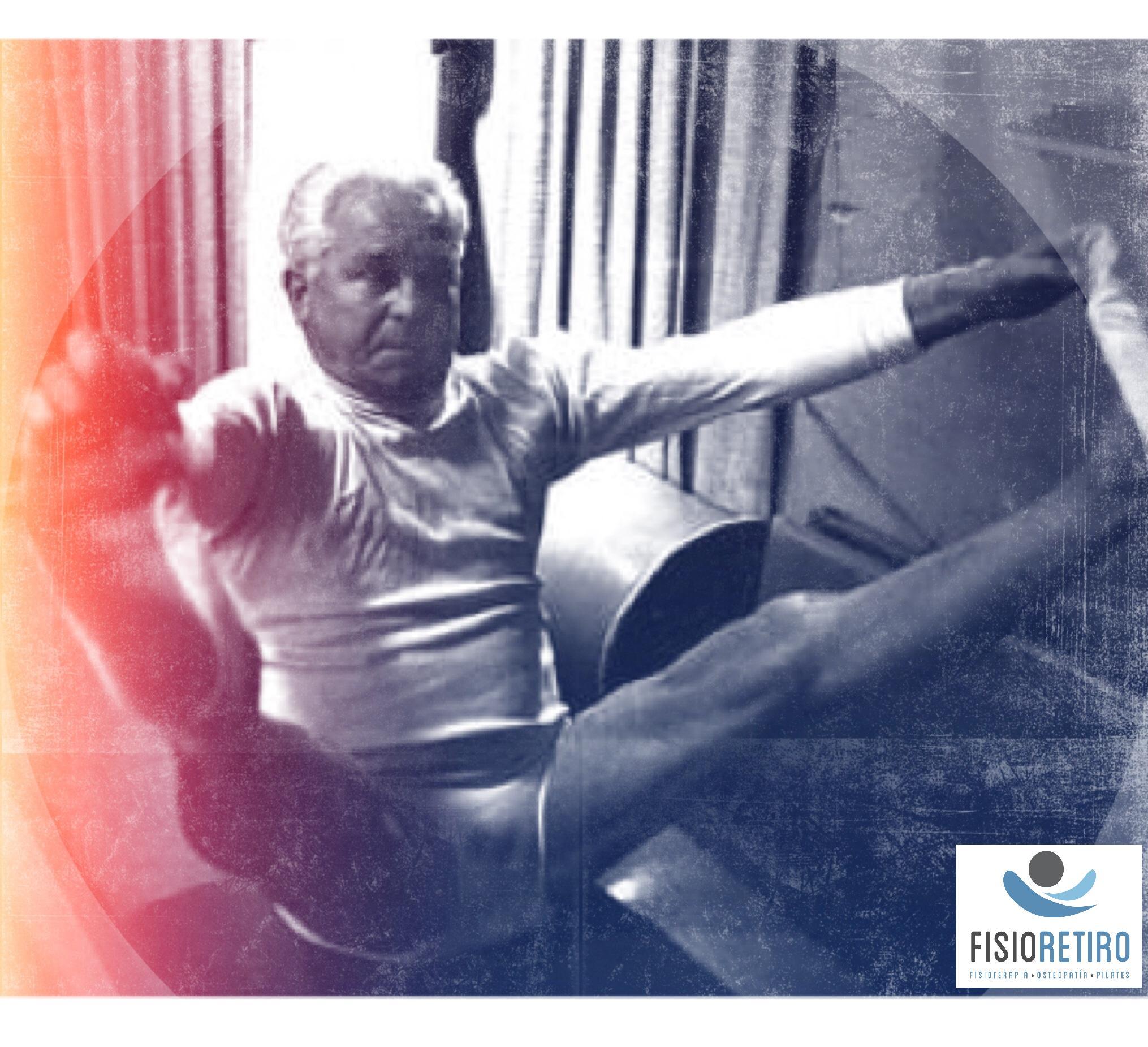 Joseph Pilates practicando su método.